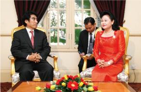 カンボジア赤十字支援赤十字総裁フセイン首相夫人と