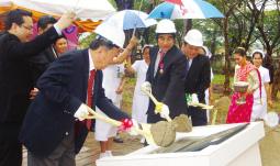ラオス医療支援協定調印にて(2009年11月)
