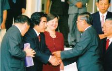 2006年4月24日第2回アジア・エコノミック・フォーラムにてフンセン首相と