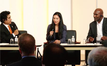 座談会にて、左からWSD半田晴久総裁、ミシェル・クワン、イヴァンダー・ホリフィールド
